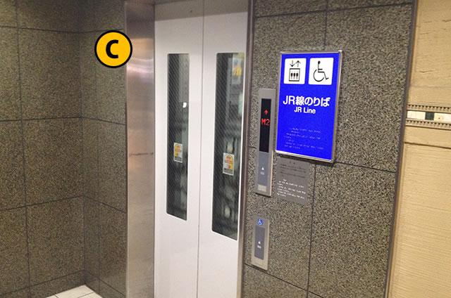 JR京都駅南北自由通路のエレベーター中2F
