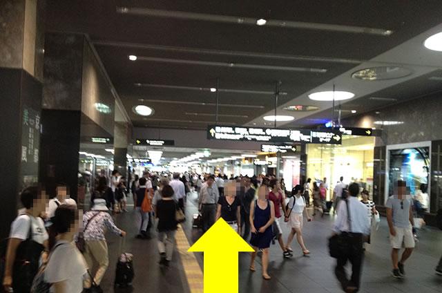 新幹線中央口まで直進します