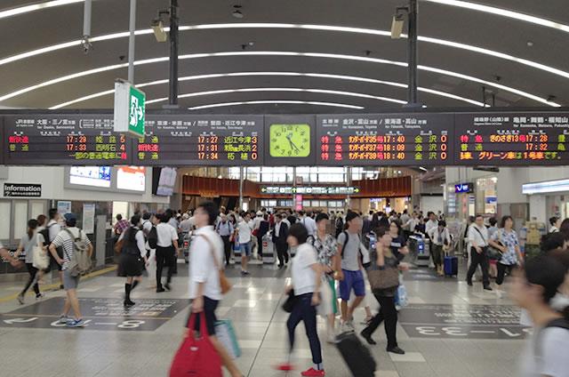 JR京都駅西口改札内より